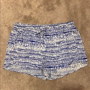 H&M blue and white patterned shorts